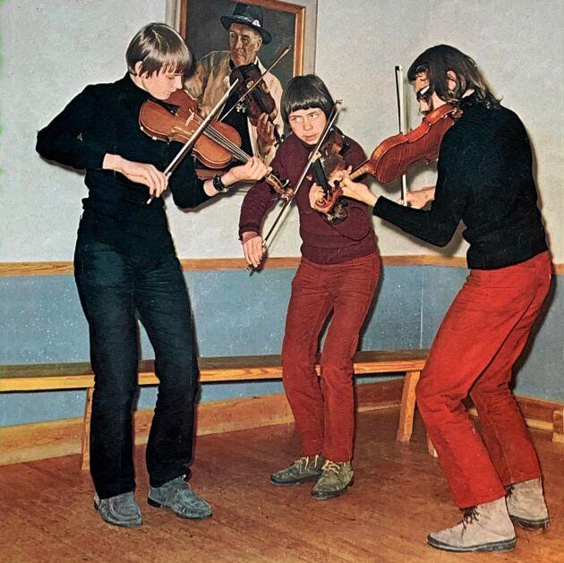 1971. Från vänster Anders Jakobsson, Olle och Per-Erik Moraeus spelar polskor och gånglåtar så det står härliga till, läser vi i Lands första nummer den 8 januari 1971. Foto: K.G Svensson.