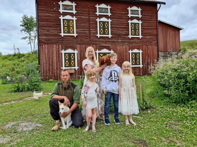 """Familjen Bågling Källström älskar sitt """"glashus"""" i jämtländska Ede. Från vänster: Pappa Fredrik med valpen Manfred, mamma Hanna, Vega, Elis och Lisa."""