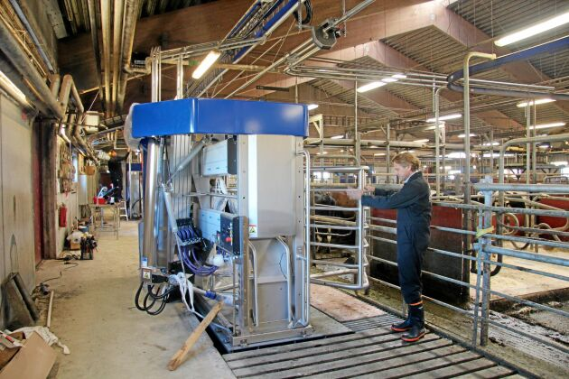 Mats Pehrsson visar de nya mjölkrobotarna.