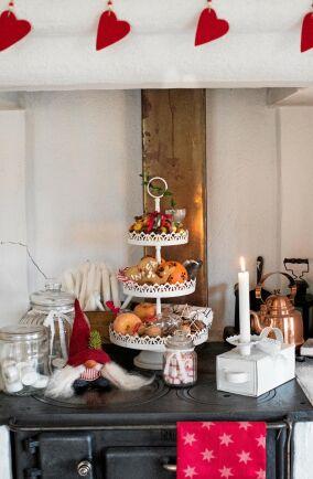 Vedspisen har fått mest av traditionellt, färgglatt julpynt, med tomte, röda filthjärtan, godis och frukt.