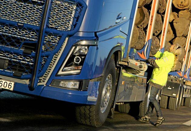 Volvos storägare Cevian Capital vill dela upp fordonskoncernen i tre renodlade börsbolag: Volvo Trucks, Volvo Penta och Volvo CE.