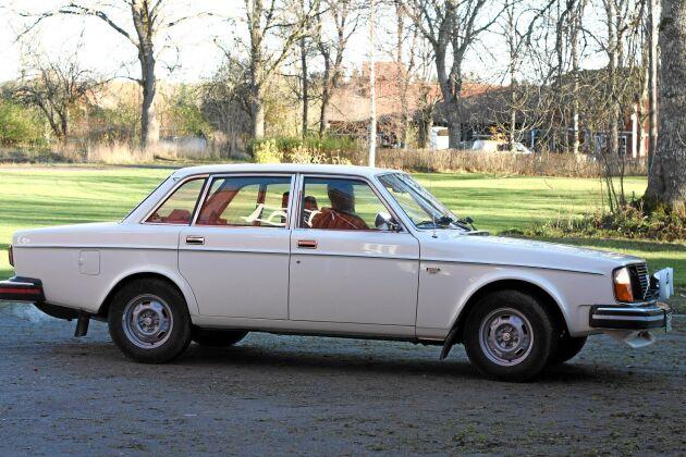 Vit Volvo 244 DL, 1975. Hade stått avställd i tio år när Henrik fick köpa dem av ett äldre par.