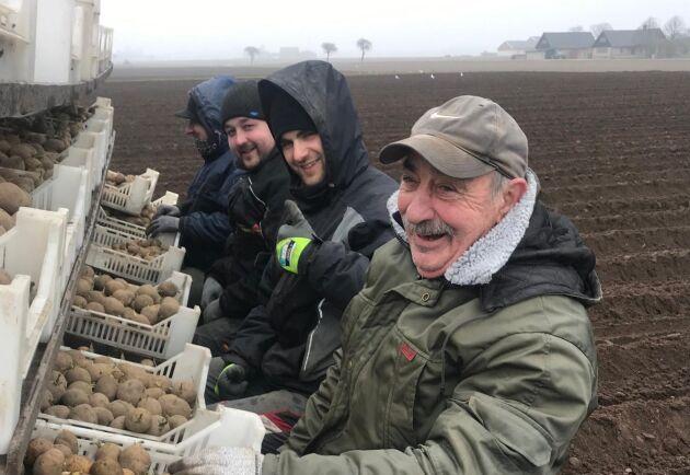 Trots det lite kyliga vädret var Wieslaw och hans kollegor glada när första potatisen sattes på Göran Olssons potatisåker i Abbekås i onsdags.