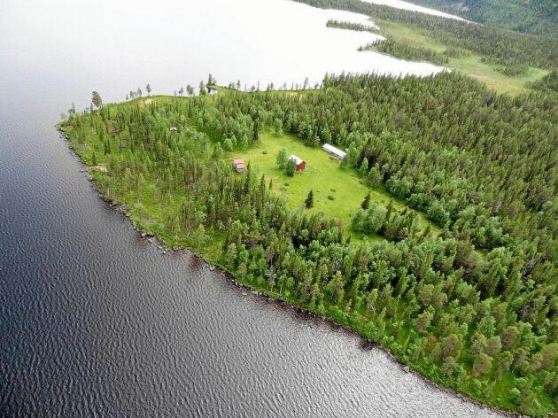 Fastigheten är belägen väster om Jokkmokk och ligger på en udde vid gränsen till Pärlälvens naturreservat.