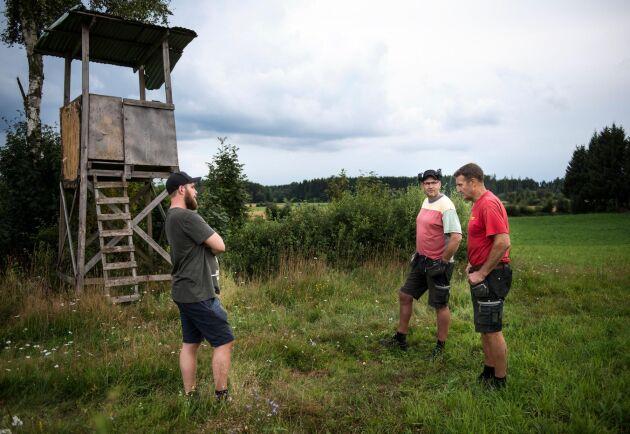 Med samarbete kommer man långt. Jägaren Adam Brunnegård och lantbrukaren Fredrik Svensson har kontakt med varandra minst en gång i veckan. Anders Berggren från LRF:s lokala kommungrupp är också delaktig.