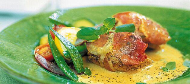 Kyckling lindad i lufttorkad skinka med sås på grädde, balsamvinäger, oregano och vitlök.