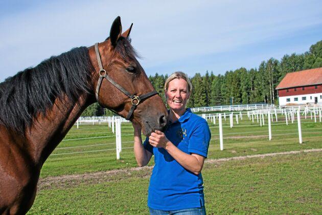 Sofia Hansson, hästskötare har sett nordens alla travbanor under de två år hon varit anställd. Här med montéhästen The Patriot.