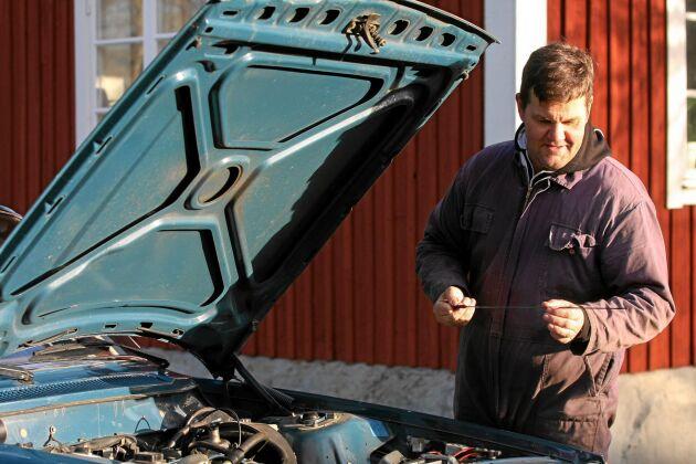 Kolla olja och motorn på den blå 244 L, samma modell som farfars första. Henrik gillar att modellen är så lätt att meka med.