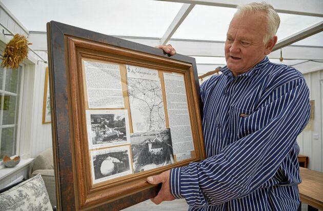 Tomas visar en tavla han gjort med gamla brev och foto om Klockargårdens historia.