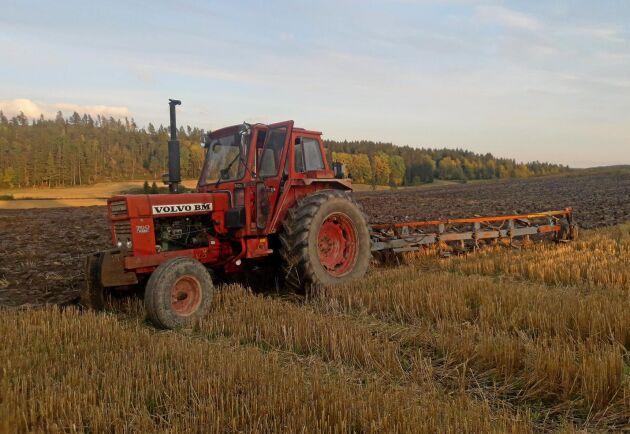 Ole Kristian Paulsrud i Norge har en T 700 i bra bruksskick. Den har gått lite över 4 000 timmar och ger 95 hk på kraftuttaget. Nu sitter det 600-däck på den, och den passar bra till en Överum med fem skär.