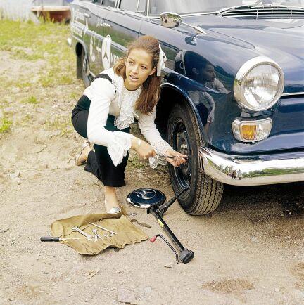 Lill-Babs visar att det är ingen konst att byta däck på turnébilen. (1971)