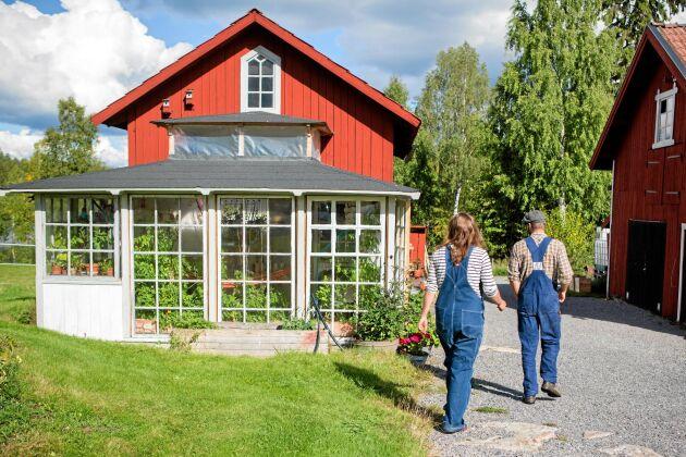 Den gamla vedboden är förvandlad till bostadshus. Glasverandan har Sara byggt.