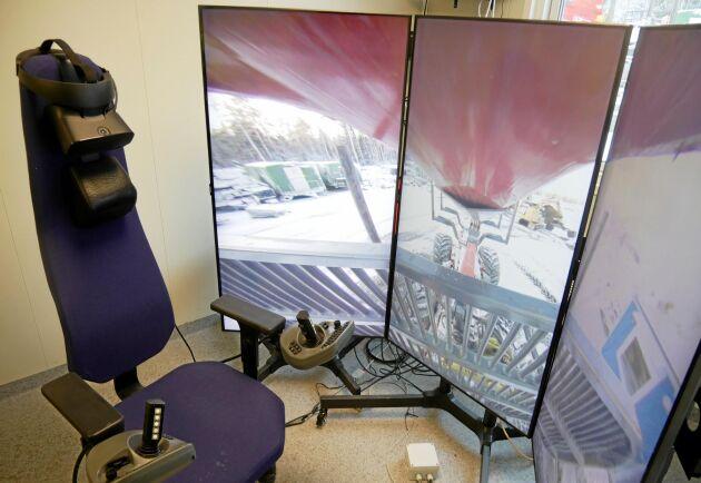 Framtidens förarmiljö? I personalvagnen sitter föraren framför tre stora skärmar. Det finns också möjlighet att köra med hjälp av WR-glasögon.