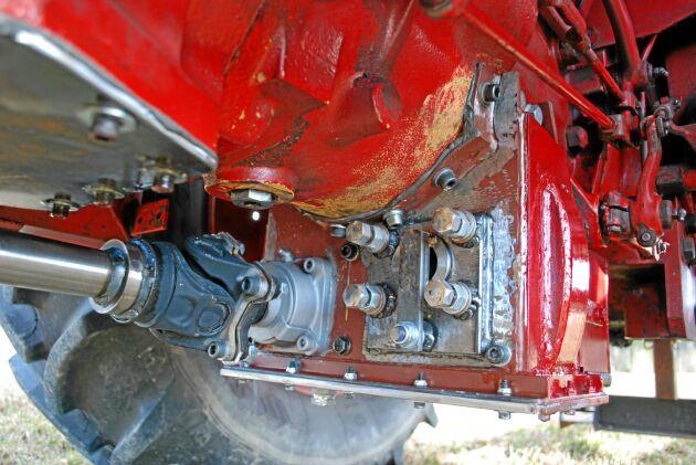 Under växellådan byggdes en dropbox som överför kraften till framaxeln. Drivningen på framaxeln kopplas in med en koppling liknande ett kraftuttags.