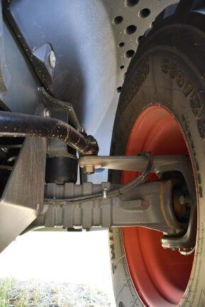 Två styrstag, ett på varje sida, infästa mellan lastarens midja och styrspindeln styr bakhjulen synkront med midjestyrningen.
