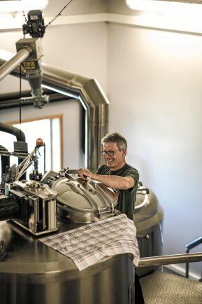 I bryggeriet som är inhyst i den gamla ladan bryggs öl på hantverksmässigt vis.