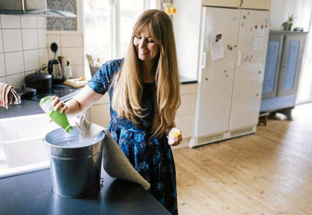 Börja med oparfymerade rengöringsprodukter, tycker kemisten och kemikaliebantaren Therese Birath.