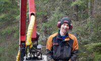 Pär-Oskar kör Oxen med kranvagn