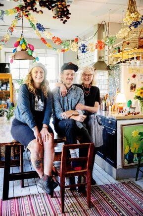 Kreativt. Emelye, Danne och mormor Ann-Catrin i det härligt färgglada köket med Emelyes målningar och Ann-Catrins papperskonst.