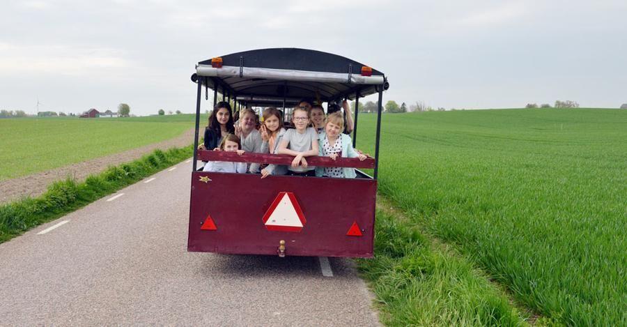 Tindra Tärnqvist, Julia Jensen, Hanna Järvenpää och Julia Snygg är fyra av de elever som tittar ut när matrundan rullar över den flacka slätten.
