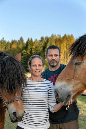 VÄNNERNA. Ingela och Tomas i hästhagen tillsammans med två av sina tre hästar, nordsvenska bruksstoet Idun och ardennern Corant.