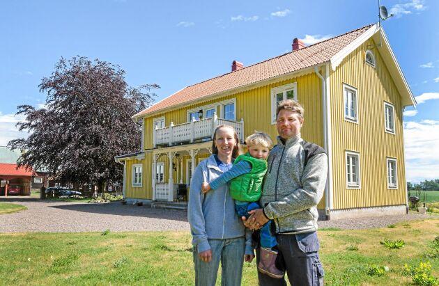 Anna Carlevad och Martin Andersson med sonen Daniel vid huset som till stora delar liknar det gamla boningshuset som var från 1850.