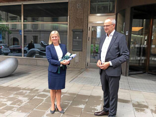 """Finansminister Magdalena Andersson (S) tog idag emot LRF:s namninsamling """"Rädda den svenska maten"""" av LRF:s förbundsordförande Palle Borgström."""