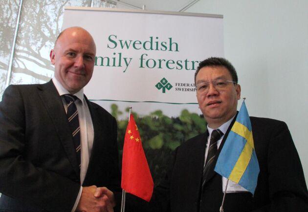 Sven Erik Hammar, LRF Skogsägarna, och Wang Weisheng, representant för den kinesiska skogsdelegationen. Kineserna fick också besöka jord- och skogsbruk i Roslagen där ekoturism är en del av verksamheten.