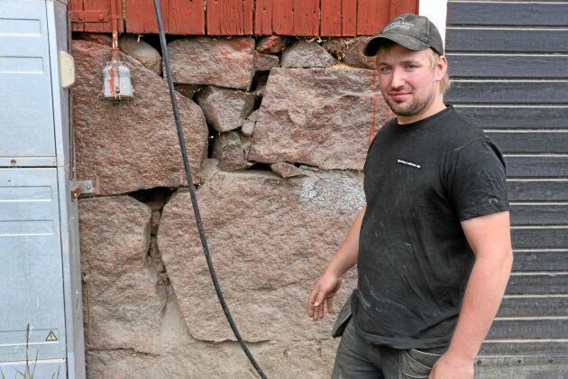 Mjölkbonden Christoffer Eriksson berättar att råttorna kommer in i lagården genom stora sprickor.