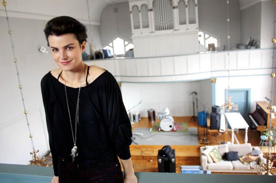 Musikern Karin Park bor i en missionskyrka i Dalarna.