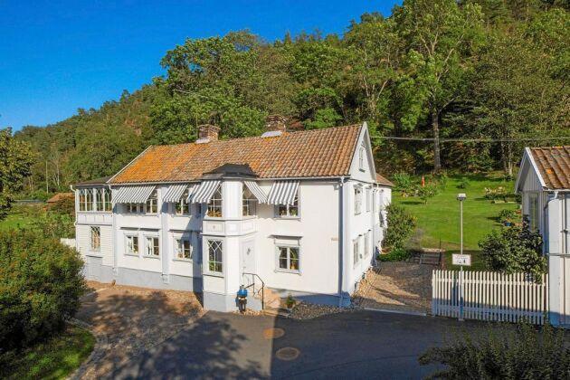 Eckerbergska villan står framför det mäktiga Grännaberget. Postmannen framför huset vittnar om att denna fastighet tidigare inrymde stadens postexpedition.