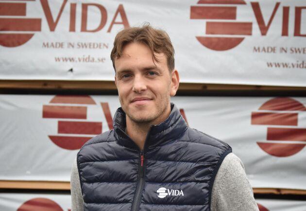 Simon Ressler har studerat logistik bland annat och är sedan september trainee på Vidas anläggning i Hestra där de tillverkar träemballage.