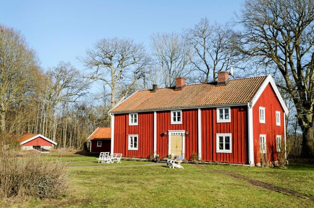 Det är en gammal prästgård som tros ha byggts i slutet av 1700-talet, men platsen har bebotts sedan 1500-talet.