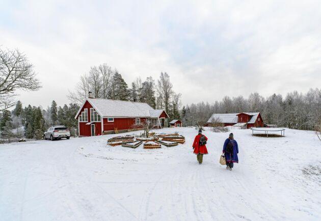 Familjen har en liten gård med djur och odlingar för eget bruk, nära Söderköping.