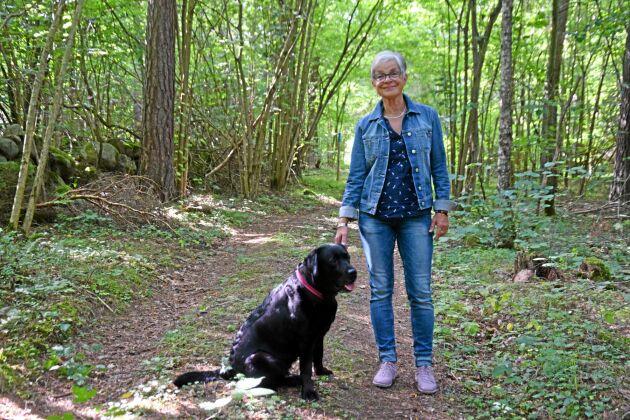 Elna-Brith af Wåhlberg och vill visa sitt skogsbruk för allmänheten. Här med sin ständiga följeslagare Fanny