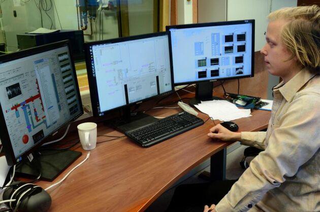 Doktoranden Gabriel Ingesson simulerar explosiva förbränningsförlopp med hjälp av egenhändigt programmerad mjukvara.