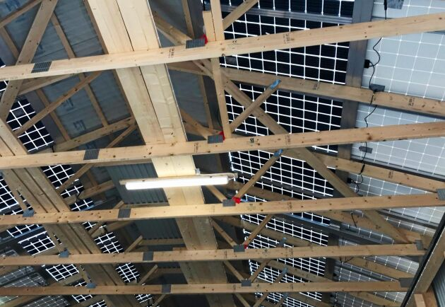 Taket i Göran Ramstedts nya tjurstall består av integrerade solceller.