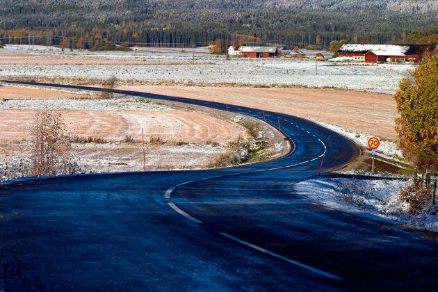 Över 15 000 felbyggda vägkurvor finns i det gamla vägnätet i Sverige. (Obs: Vägen på bilden har inget med texten att göra.)