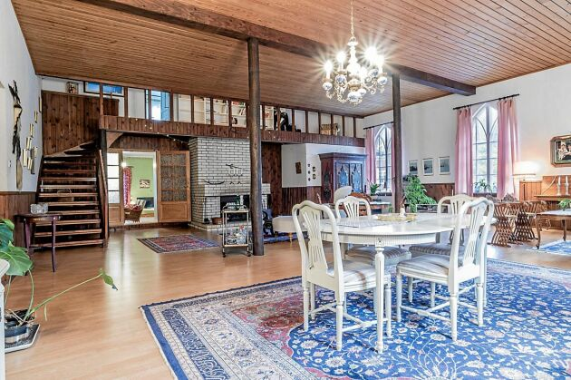 Den stora matsalen har högt i tak och vackert träsnickeri.