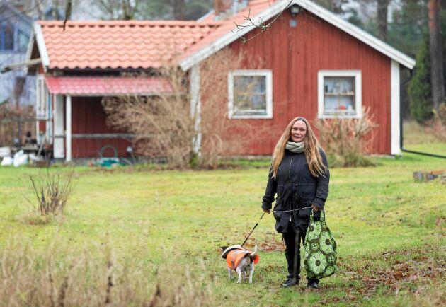 Christin Nyberg lever på låg budget. Bland annat genom återbruk, som hunden Myrans reflexväst - en omsydd gratisväst för människor.