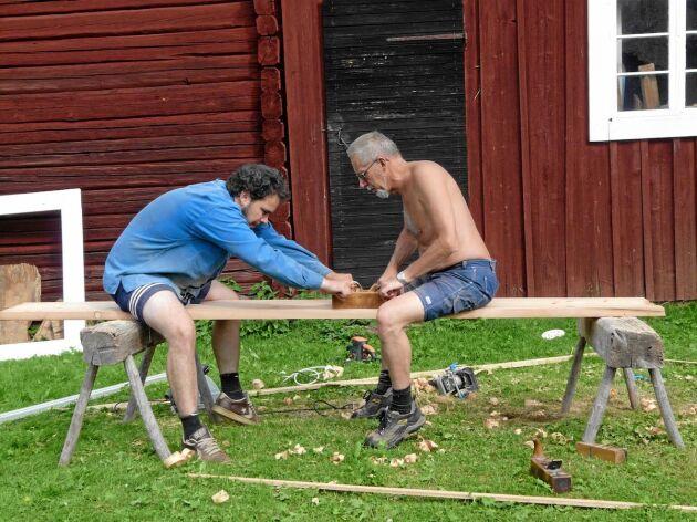 Verkligt varsam renovering! Sonen Johan och pappa Kenneth handhyvlar golvbrädor på gammeldags vis.