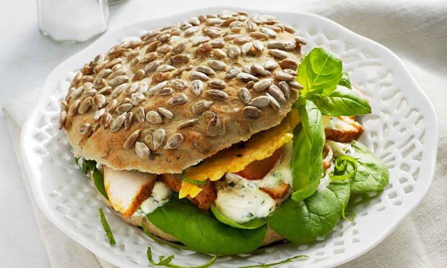 Sara Molin från Sandviken har gjort en egen glutenfri BLT-macka med kyckling.