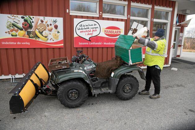 Birger Siekas har parkerat utanför butiken med sin fyrhjuling som redan är utrustad med plog i fronten.
