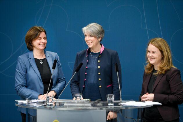 Miljö- och klimatminister Isabella Lövin (tv) och landsbygdsminister Jennie Nilsson (th) presenterar direktiv och utredaren Helena Jonsson (mitten) för en utredning med syfte att föreslå åtgärder och styrmedel för att stödja en utveckling mot ett fossiloberoende jordbruk.