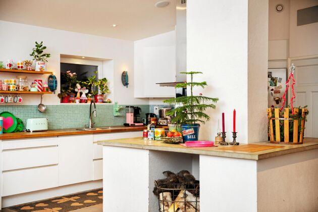 Köket domineras av den stora murstenen i mitten. Det tre meter till taknock vilket gör rummet luftigt och ljust.