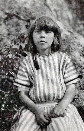 Konstnärsbarn. Tove Jansson växte upp i Helsingfors i Finland. Mamma Signe, som kom från Småland, var tecknare och pappa Viktor var skulptör. Här är Tove 9 år.