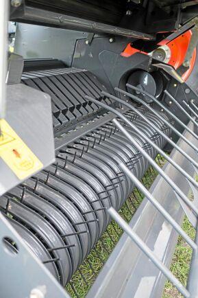 Inmatning. Lilla Rollant 620 kommer i en modell med räfspinnar som matar in materialet i presskammaren.
