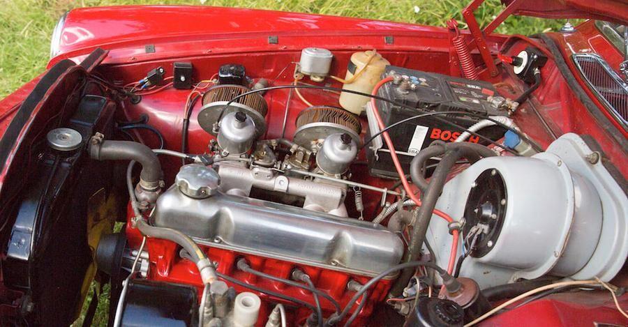 I stort sett allt är original i den 53 år gamla bilen. Och motorrummet är rött, rymligt och inbjudande.