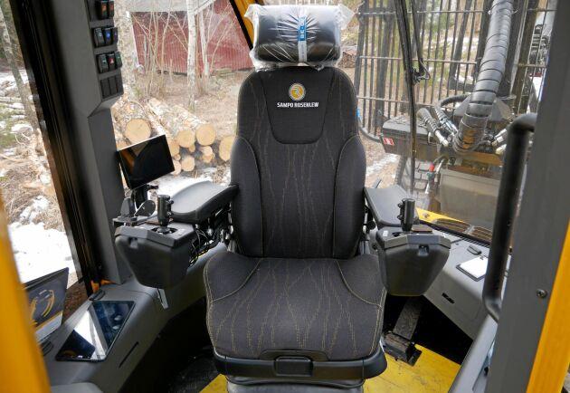 Förarstolen är monterad på en Sit-Right-nivellering och sikten bakåt och åt sidorna är bra tack vare låga sarger.