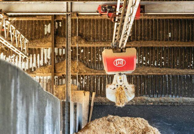 Tre foderrobotar kommunicerar med varandra och rör sig mellan foderköket och stallarna. I foderköket fylls robotarna automatiskt på med rätt blandning av råvaror och kan klara upp till 14 olika recept. I stallet med kalvar, ungdjur och sinkor jobbar bröderna Larsson med många olika mixar för att fylla de olika djurkategoriernas behov.